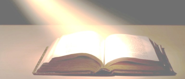 Книга освещенная лучом
